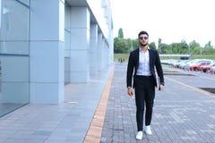Arabski facet w centrum biznesu stojaków ono uśmiecha się chodzący zwalnia Obrazy Stock
