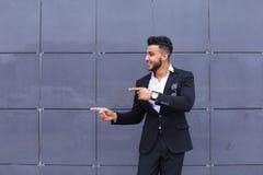 Arabski facet w centrum biznesu stojaków ono uśmiecha się chodzący zwalnia Zdjęcia Royalty Free