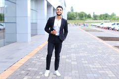 Arabski facet w centrum biznesu stojaków ono uśmiecha się chodzący zwalnia Obraz Royalty Free