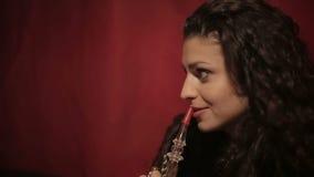Arabski kobiety dymienia shisha lub nargile z bliska zbiory wideo
