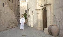 Arabski mężczyzny odprowadzenie w Al Seef jest Dubaj fotografia royalty free