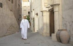 Arabski mężczyzny odprowadzenie w Al Seef jest Dubaj zdjęcie royalty free