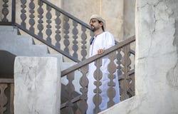 Arabski mężczyzny odprowadzenie w Al Seef jest Dubaj obrazy stock