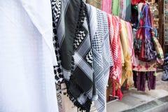 Arabski mężczyzna Headwear w Tradycyjnym Bliskowschodnim rynku zdjęcia royalty free