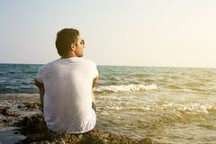 Arabski mężczyzna na plaży obrazy royalty free
