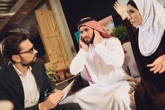 Arabski mężczyzna przy przyjęciem terapeuta szturcha ucho obrazy stock