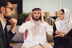 Arabski mężczyzna przy przyjęciem terapeuta szturcha ucho obrazy royalty free
