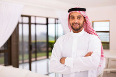 Arabski mężczyzna stoi indoors fotografia royalty free