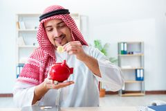 Arabski mężczyzna z bitcoin w cryptocurrency górniczym pojęciu zdjęcie royalty free