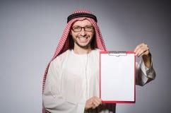 Arabski mężczyzna z papierem Zdjęcie Royalty Free