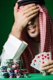 Arabski mężczyzna bawić się w kasynie Fotografia Royalty Free