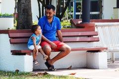 Arabski ojciec i syn w parku Zdjęcia Royalty Free