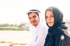 Arabski pary obsiadanie Na plaży fotografia stock