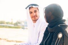 Arabski pary obsiadanie Na plaży zdjęcia royalty free