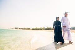 Arabski pary odprowadzenie Na plaży zdjęcie royalty free