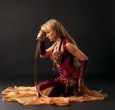 arabski piękna tancerza saber siedzi Obraz Royalty Free