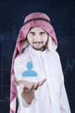 Arabski przedsiębiorca trzyma wirtualną partner ikonę Zdjęcia Royalty Free