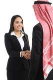 Arabski saudyjski biznesowego mężczyzna i kobiety handshaking obrazy stock