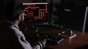 Arabski IT specjalista pracuje na komputerze przy nocą Hacker łama komputerowego kod zbiory wideo