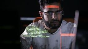 Arabski IT specjalista pracuje na komputerze przy nocą Hacker łama komputerowego kod zbiory