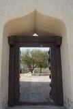 Arabski stylowy archway z drewnianą drzwiową bramą Fotografia Royalty Free