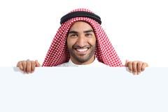 Arabski szczęśliwy saudyjski mężczyzna wystawia sztandaru znaka Zdjęcia Royalty Free