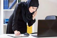 Arabski urzędnik używa laptop Obraz Stock