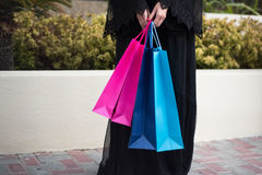 Arabskie kobiety w Abaya z torba na zakupy Zamknięty Up Obraz Royalty Free