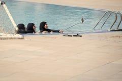 Arabskie kobiety z szczęśliwymi twarzami w czarnym burkini robi selfie obraz stock