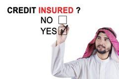 Arabskiego biznesmena akceptujący kredytowy ubezpieczający Obrazy Royalty Free