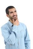 Arabskiego mężczyzna myślący pomysły i patrzeć stronę Zdjęcia Royalty Free