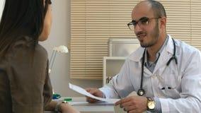 Arabskiej samiec doktorski wyjaśnia kardiogram żeński pacjent Zdjęcie Stock