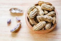 Arachid w drewnianym filiżanki drewna i pucharu tła odgórnym widoku - Gotowani arachidy zdjęcia royalty free