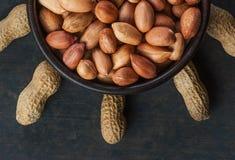 Arachid w nutshell w brązu pucharze na drewnianym tle skład arachidy zdjęcie royalty free