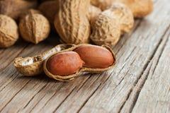 Arachid w nutshell na drewnianym tle skład arachidy zdjęcie stock