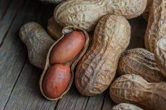 Arachid w nutshell na drewnianym tle skład arachidy obraz stock