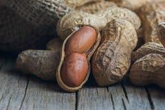 Arachid w nutshell na drewnianym tle skład arachidy fotografia stock