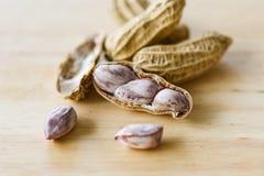 Arachid w skorupach i drewnianym tle zamkniętych w górę Gotowanych arachidów obraz royalty free