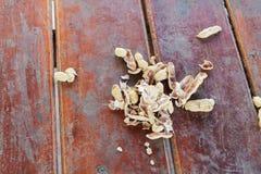 Arachide, écrous de coquille sur un fond en bois de table Photographie stock libre de droits