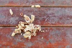 Arachide, écrous de coquille sur un fond en bois de table Image libre de droits