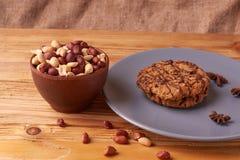 arachide de noix dans la cuvette d'argile arachides pour des textures de nourriture arachides frites par récolte d'arachide textu photo stock