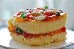 Arachide della guarnizione del dolce del burro ed insalata arancio della frutta secca sul piatto fotografie stock libere da diritti