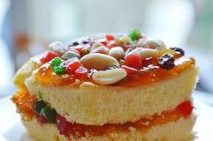 Arachide della guarnizione del dolce del burro ed insalata arancio della frutta secca sul piatto fotografie stock