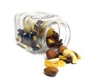 Arachide, uva passa, mandorle e nocciola in vaso di vetro Fotografia Stock