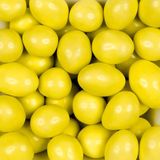 Arachides couvertes du chocolat jaune image stock