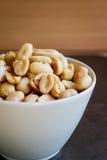 Arachides dans le plat blanc Photo libre de droits