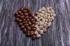 Arachides en chocolat Arachide avec le caramel et les graines de sésame Coeur signalé par arachide douce Images libres de droits