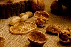 Arachides et noix dispersées lâchement sur la toile image libre de droits