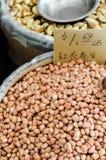 Arachidi crude vendute nel mercato Fotografie Stock Libere da Diritti