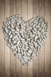 Arachidi secche nella forma del cuore fotografie stock libere da diritti